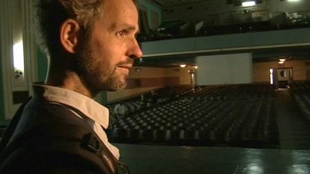 Schlingensief im Kinosaal in Maputo - sein Festspielhaus der Zukunft?